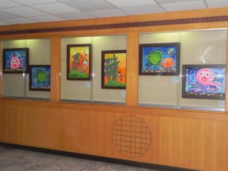 朴子市晓明幼儿园师生绘画联展,在卫生福利部朴子医院文艺走廊展出之一隅。(蔡上海/大纪元)