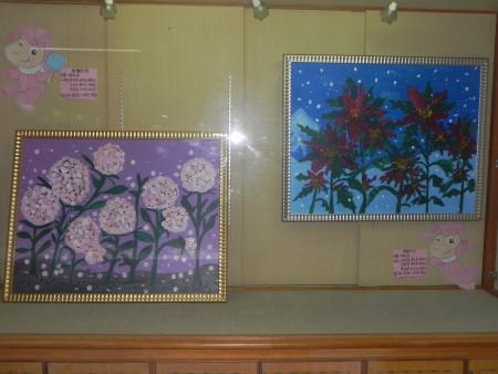 朴子市晓明幼儿园学童,在卫生福利部朴子医院文艺走廊展出集体创作《绣球花》与《圣诞红》。(蔡上海/大纪元)