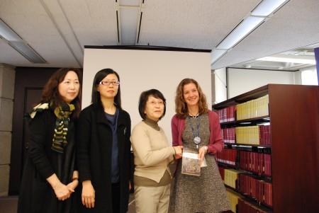 日本女作家松岗环(左3)女士赴多伦多参加新书发布仪式。(伊铃/大纪元)