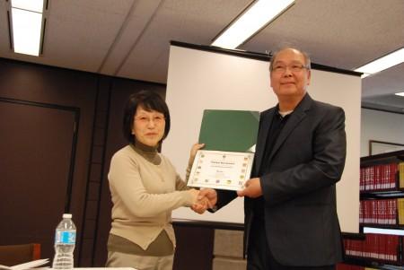 中区唐人街议员助理周宇平(右)向松岗环女士(左)赠送感谢信。(伊铃/大纪元)