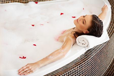在泡澡水中加入小蘇打粉,也可以再加幾滴自己鍾愛味道的精油能使肌膚光滑柔細。(Fotolia)