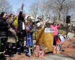 3月29日的庆祝富兰克林公园重新开放10周年新闻发布会现场。左起:天煜艺术文化公司代表骆艾、PECO公司客户服务经理Lauren Feldhake、费城市议员Mark Squilla、费城市代表Sheila Hess、富兰克林公园内SquareBurger新总裁Joseph Volpe、Benjamin Franklin、费城历史公司总裁Amy Needle和费城华埠发展会董事会副主席杨美灵。(肖捷/大纪元)
