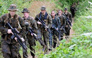 菲律宾军方于2016年4月10日表示,军方于9日和南部叛军阿布沙耶夫激战,造成18名士兵殉职,另有5名叛军死亡。本图为美军与菲军进行围剿阿布沙耶夫的联合演习。(JAY DIRECTO/AFP/Getty Images)