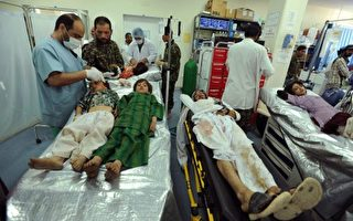 联合国的阿富汗援助团于于2016年4月17日表示,阿富汗的塔利班组织与政府军的城市战况加剧,已使儿童的死伤人数与去年前三个月相比骤增了29%。本图为在政府军与塔利班战斗中,无辜受牵连而受伤住院治疗的儿童。(Aref Karimi/AFP/Getty Images)