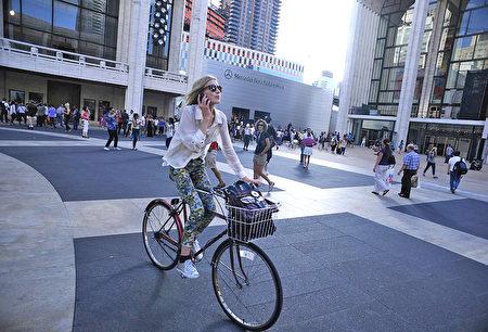 每年的5月是紐約市自行車月,隨著夏季的來臨﹐紐約市將成為適合騎自行車的好地方。 (Bryan Bedder/Getty Images for Mercedes-Benz Fashion Week)