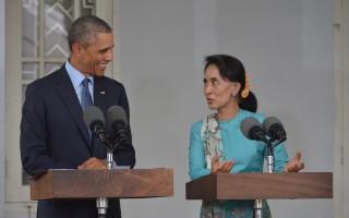 2014年11月14日,奧巴馬與昂山素季在她位於仰光的家中會面並舉行聯合記者會。(MANDEL NGAN/AFP/Getty Images)