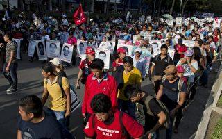 協助調查墨西哥學生屠殺案的國際專家調查團,於2016年4月24日出面指控墨西哥當局妨礙調查。本圖為2015年2月26日,民眾示威遊行抗議當局隱瞞師範學生屠殺案真相。(OMAR TORRES/AFP/Getty Images)