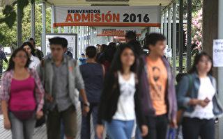 3月31日,常春藤八所大学发出给世界各地高中生申请的录取通知或拒绝通知。今年哈佛大学录取率最低。 (CLAUDIO REYES/AFP/Getty Images)