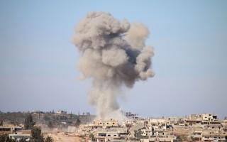 美国国防部发言人艾伦于2016年4月6日表示,美军对叙利亚基地组织的汽车发动空袭,已经击毙该组织的发言人及其他几名成员。本图为发生内战5年以来的叙利亚南部德拉地区,仍随时可见烽烟。( MOHAMAD ABD ABAZID/AFP/Getty Images)
