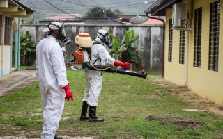 法国的巴斯德学会表示,来自全球的专家即将于2016年4月25日及26日齐聚在法国巴黎,讨论该如何防止兹卡病毒持续传播的重大公共卫生议题。本图为法国当局派员在法属圭亚那进行驱蚊工作。(JODY AMIET/AFP/Getty Images)