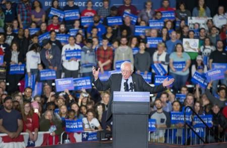 3月26日,美國民主党參選人桑德斯在威斯康辛州麥迪遜一個競選集會上發表講話。(Scott Olson/Getty Images)