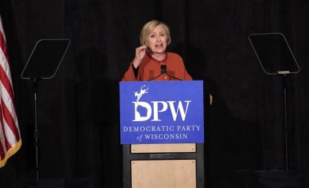 希拉里4月2日在威州密爾沃基一個餐會上發表講話。(Darren Hauck/Getty Images)