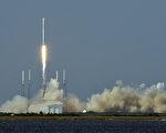 特斯拉公司执行长马斯克周三通过推特宣布,他旗下的SpaceX公司计划在2018年送无人驾驶的龙(Dragon)太空飞船到火星。 图为4月8日,该公司的猎鹰9号火箭发射。(BRUCE WEAVER/AFP/Getty Images)