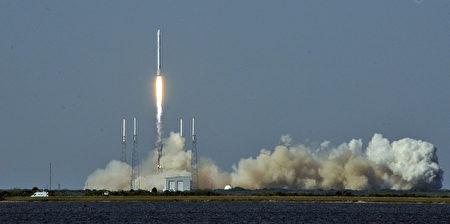 特斯拉公司執行長馬斯克週三通過推特宣布,他旗下的SpaceX公司計劃在2018年送無人駕駛的龍(Dragon)太空飛船到火星。 圖為4月8日,該公司的獵鷹9號火箭發射。(BRUCE WEAVER/AFP/Getty Images)