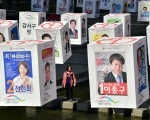 韩国国会大选结果出炉,朴槿惠所属的执政党承认落败,韩国国会首次出现执政党议席少于在野党格局。 (JUNG YEON-JE/AFP/Getty Images)