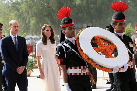 11日,威廉與凱特在新德里參觀甘地紀念館,還在戰爭紀念碑向在第一次世界大戰中喪生的印度士兵獻花圈。 (Chris Jackson/Getty Images)