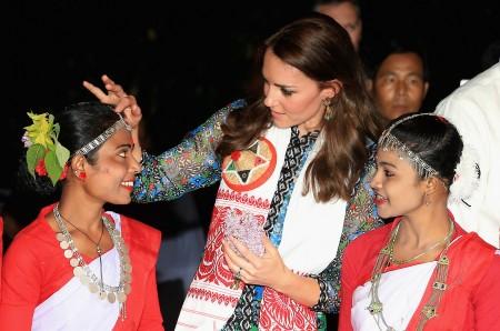 凯特、威廉在印度观看表演后,和演员在一起。 (Chris Jackson/Getty Images)