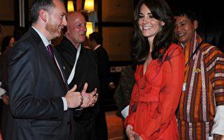 15日晚,威廉王子夫妇在不丹出席宴会时,凯特以一袭鲜红色长裙登场,裙上印有不丹国花罂粟花图案,亮丽打扮顿成全场焦点。(Mark Large - Pool/Getty Images)