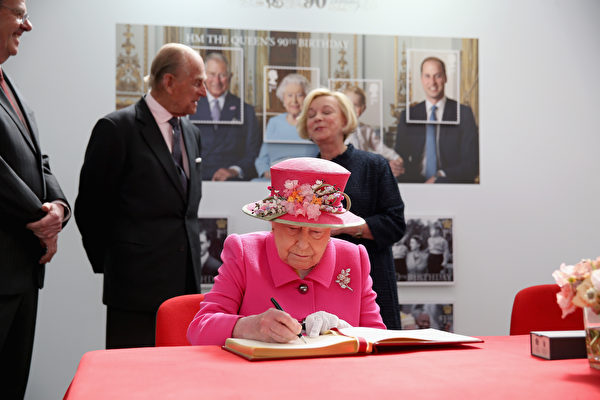 WINDSOR, ENGLAND - APRIL 20: Queen Elizabeth II and Prince Philip, Duke of Edinburgh visit the Queen Elizabeth II delivery office in Windsor with Prince Philip, Duke of Edinburgh on April 20, 2016 in Windsor, England. The visit marks the 500th Anniversary of the Royal Mail delivery service. The Queen and Duke of Edinburgh are carrying out engagements in Windsor ahead of the Queen's 90th Birthday tommorow. (Photo by Chris Jackson - WPA Pool/Getty Images)