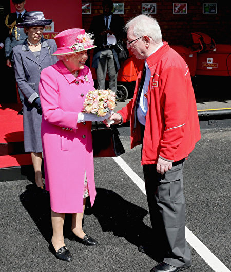 WINDSOR, ENGLAND - APRIL 20: Queen Elizabeth II meets Britain's longest serving postman as she visits the Queen Elizabeth II delivery Office in Windsor with Prince Philip, Duke of Edinburgh on April 20, 2016 in Windsor, England. The visit marks the 500th Anniversary of the Royal Mail delivery service. The Queen and Duke of Edinburgh are carrying out engagements in Windsor ahead of the Queen's 90th Birthday tommorow. (Photo by Chris Jackson/Getty Images)