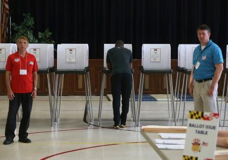 周二(4月26日),美国东北5州迎来了一轮至关重要的初选。图为马里兰州选民前往投票站投票。(Mark Wilson/Getty Images)