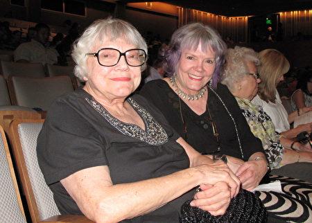 好莱坞动画艺术家Jean Gillmore(右)和母亲Barbara一同观赏了4月19晚的神韵演出,深受启发。(刘菲/大纪元)