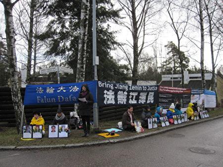 2016年4月25日上午,芬兰部分法轮功学员在中领馆前抗议中共迫害人权。(李乐/大纪元)