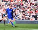 憑藉瓦迪的「梅開二度」,萊斯特2-0完勝桑德蘭,取得五連勝,繼續領跑英超。(Michael Regan/Getty Images)
