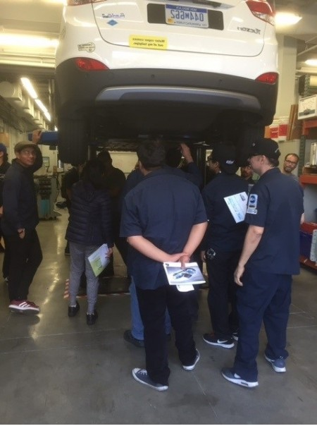 瑞航德学院27日获准提供加州首个绿能车技术副学士学位(Associate of Science degree)。图为该校汽车技术专业学士在检查氢燃料电池。(瑞航德提供)