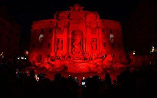 意大利羅馬當局於2016年4月29日為許願池打上紅色燈光,以悼念在中東及非洲被迫害致死的基督徒。( Gabriel Bouys/AFP)