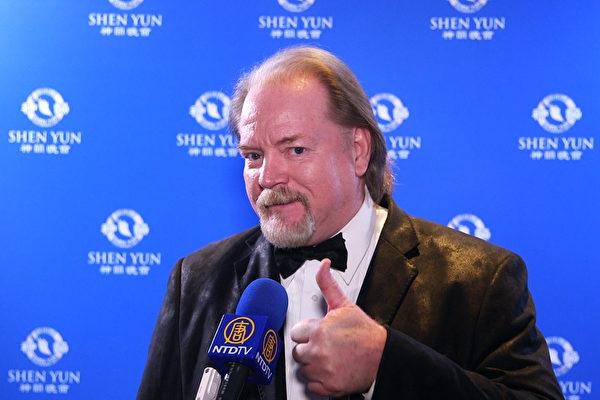 """南加州著名""""新港海滩电影节""""的共同发起人、好莱坞制片人Todd Blood观看了4月24日晚神韵纽约艺术团在洛杉矶微软剧院的最后一场演出后表示十分荣幸。(新唐人提供)"""
