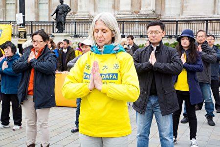 英国法轮功学员在伦敦市中心著名的特拉法加广场炼功。(Simon Gross/大纪元)