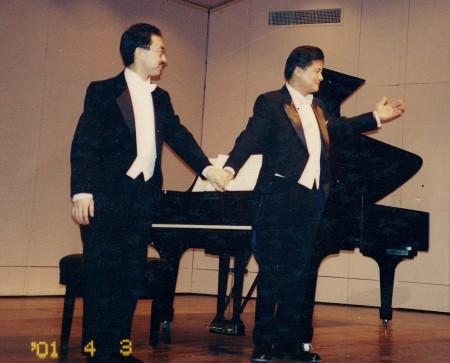 2001年,在华盛顿甘迺迪音乐中心,萨嘉豪博士与澳门居港著名男高音歌唱家莫华仑合作献演。(萨嘉豪博士提供图片)
