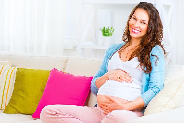 德国马克斯普朗克研究中心的研究揭示,若考虑大环境的改变,女性较晚生产,其孩子较为健康。图为一名孕妇。(Fotolia)