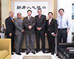 宾主双方合影,左起:警督伍俊强(Paul Ng)、督察帕甘(Eric Pagan)、大纪元新唐人媒体集团总裁唐忠、沙展纳夫斯(Carlos Nieves)。 (张静怡/英文大纪元)