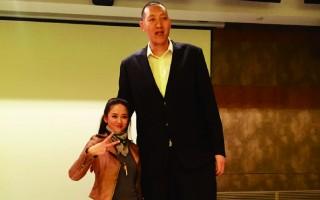 1.65米陳喬恩只有孫明明齊腰高。(陳喬恩微博)