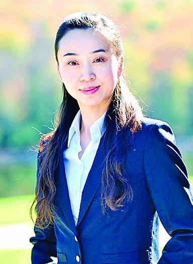 曹凤璇简历 1997年从北京舞蹈学院毕业,先后在中国煤矿文工团任舞蹈演员、舞蹈教师。2008至2010年,在纽约神韵艺术团担任舞蹈编导。现为加州飞天艺术学院副校长。