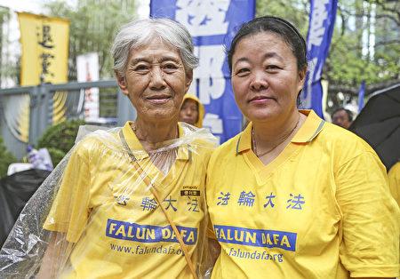 北京法輪功學員岳昌智(左)曾被中共嚴重迫害,她希望有更多中國人了解真相。(余鋼/大紀元)