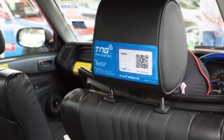 乘客需以TNG電子錢包內建的二維碼掃瞄器掃瞄置於的士司機椅背後的二維碼。(TNG電子錢包提供)