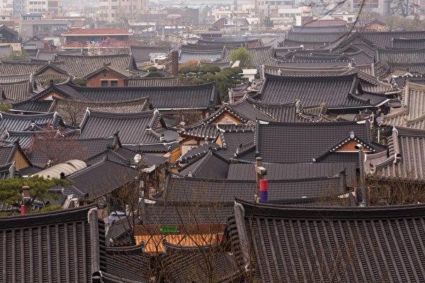 800多间传统样式的房屋形成了古色古香的韩屋村,是国外游客体验韩国魅力的首选旅游地。(韩国全州市厅提供)