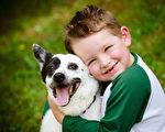 加拿大英属哥伦比亚大学的研究表明,小狗多半不喜欢被拥抱,这会让它们焦虑不安。图为一名男童抱着小狗。(Fotolia)