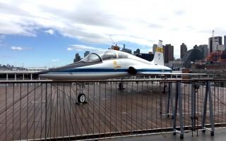 被收入航母博物館的T-38超音速教練機。 (王姿懿/大紀元)