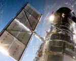哈勃太空望远镜1990年4月24日由发现号航天飞机送入轨道,迄今已26周年。图为2009年5月亚特兰蒂斯号航天飞机正在进行哈勃太空望远镜的第五次维修。(Photo NASA via Getty Images)