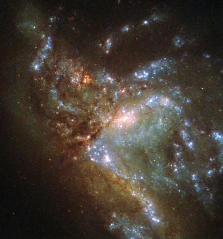 2.3亿光年远的合并星系NGC 6052。(ESA/Hubble & NASA)