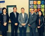 頤康基金會總裁蕭顯揚(左二)、安省進步保守黨黨領彭建邦(中)與頤康中心首席行政總監康威(右二)合照。