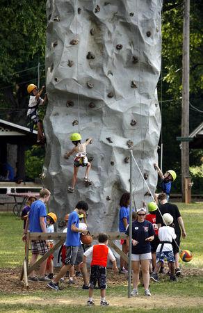 孩子们在练习攀岩。(姬承羲/大纪元)