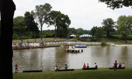 夏令营园区中美丽的Liberty Lake湖泊。(姬承羲/大纪元)