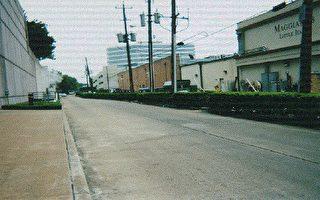 江澤民在2002年出訪美國時,為避開在正門抗議的上千名法輪功學員和其他團體,不敢走酒店正門走垃圾車通道。(視頻擷圖)
