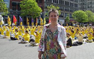 来自瑞典的法轮功学员伊万娜5月12日在庆祝世界法轮大法日现场。(李新/大纪元)
