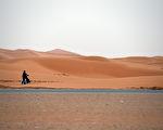 德国马克斯‧普朗克化学研究所的研究显示,在未来几十年内,中东与北非地区可能有几百万人因气候极度炎热而迁徙到其它地方。图为中东一处沙漠。(FAYEZ NURELDINE / AFP)